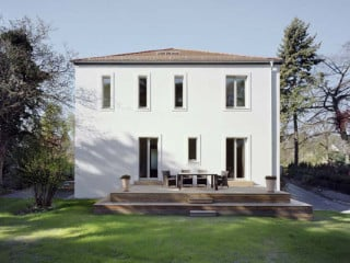 Gartenansicht des sanierten und teilweise neu aufgebauten Wohnhauses