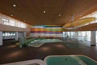 Die Ränder der Schwimmbecken sind aus Marmor, die Beckenumgänge aus einer Feinsteinzeugfliese