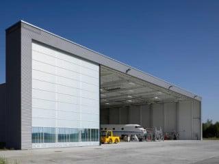 Die Halle des Hangars verfügt über ein 4-flügeliges Teleskopschiebetor