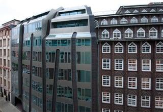 Der Bürokomplex passt sich den Trauhöhen und Baufluchten der umgebende Gebäude an