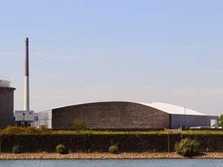 Ansichtsseite zum Rhein mit Basaltsteinwand