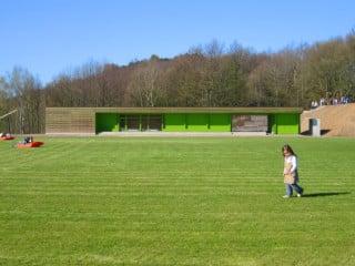 Blick vom Sportplatz auf Südseite des Gebäudes