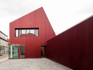 Mit dem Erweiterungsbau für das Textilunternehmen Nya Nordiska schuf das Büro von Staab Architekten aus Berlin eine gelungene Verbindung aus historischer Fachwerkarchitektur und zurückhaltender Modernität