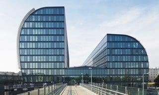 Das Bürogebäude wird über die Fahrrad- und Fußgeherbrücke Winzersteig erschlossen