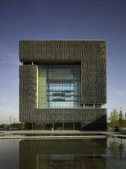 Das Bürogebäude Q1 mit den großen Panoramafenstern