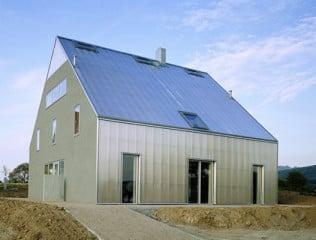 Die transparenten Bauteile (Luftkollektoren) an Dach und Fassade nutzen die Sonnenwärme passiv