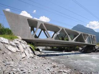Die filigranen Fachwerkträger der Brücke gehen in geschlossene Wandscheiben über