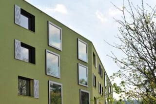 Nordfassade mit grobem Rillenputz in knalligem Grün