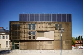 In der Eingangsfassade sind die Ansaugöffnung für einen Windkanal und die Photovoltaik-Module prägende Elemente
