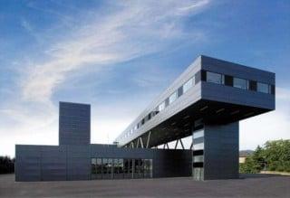 Die Feuerwache Heidelberg wurde auf einem etwa 15.000 m² großen Grundstück zwischen Bahndamm, Verkehrsschneisen und Kaserne errichtet