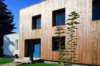 Das Wohnhaus ist mit Lärchenholz verkleidet, die Einliegerwohnung ist weiß verputzt