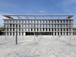 Der Baukörper wirkt filigran durch die schräge Anordnung der Fenster und den krönenden Stahlbetonrahmen