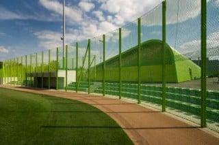 Baseballfeld, im Hintergrund das Garderobengebäude