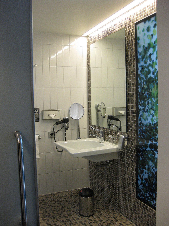 umbau eines sanit rraums zum rollstuhlgerechten bad bad. Black Bedroom Furniture Sets. Home Design Ideas