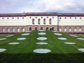 Ansicht des grasbewachsenen Hügels, unter dem sich die Museumserweiterung befindet
