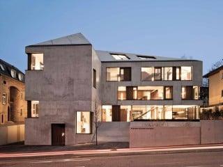 Das Bürogebäude des Unternehmens und Architekturbüros Blocher Blocher Partners befindet sich auf einem innerstadtnahen Grundstück in Hanglage