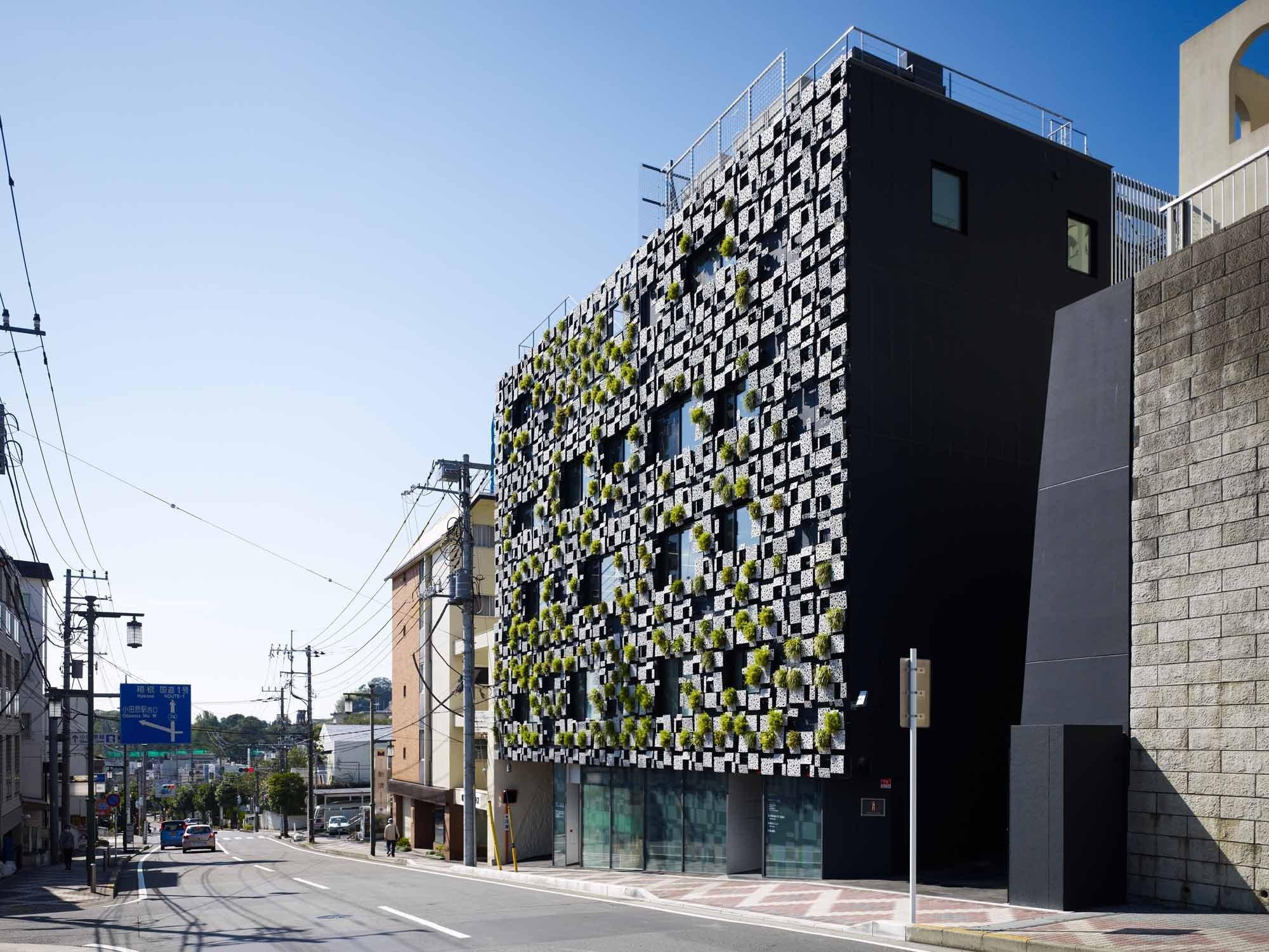 Schwarze Fassade wohn und geschäftshaus green cast in odawara j fassade büro