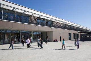 Haupteingang zum zweigeschossigen Baukörper, der Grundschule und Kindertagesstätte vereint
