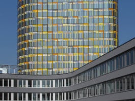 Hochhaus und fünfgeschossiges Sockelgeschoss bilden die Zentrale des Automobilclubs in München-West