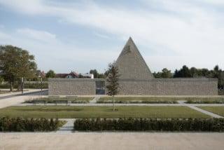 Nordansicht: Ein steiles Satteldach markiert die Aussegnungshalle in der neuen Friedhofsanlage