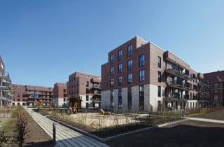 Die viergeschossigen Neubauriegel erhielten eine zweifarbige Backsteinfassade