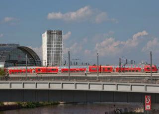 Mit einer Höhe von 68 Metern markiert der Neubau den Auftakt zum neuen Stadtquartier nördlich des Berliner Hauptbahnhofs