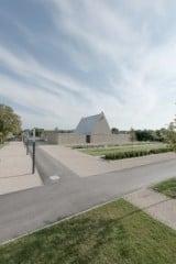 Die neue Friedhofsanlage mit Aussegungshalle und deren Umfassungsmauer aus Naturstein (Nordostansicht)