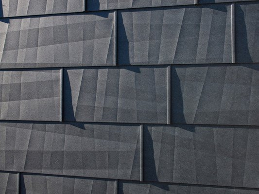 aluminiumpaneel mit geknickter oberfl che fassade news produkte archiv baunetz wissen. Black Bedroom Furniture Sets. Home Design Ideas