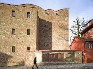 Kupfer und Beton ergänzen die Fassade aus recycelten Ziegeln