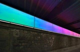 Die Radiant-Folie changiert zwischen Cyan, Blau und Magenta