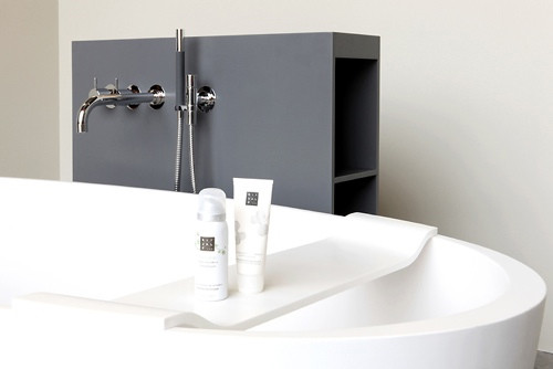 freistehende badewanne mit ablage bad und sanit r news. Black Bedroom Furniture Sets. Home Design Ideas