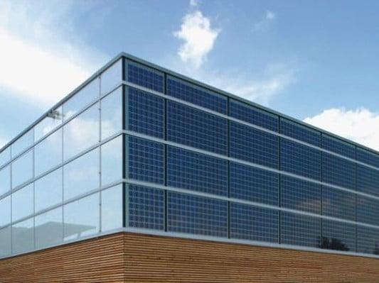 Sonderform fassaden mit integrierter photovoltaik for Fenster englisch
