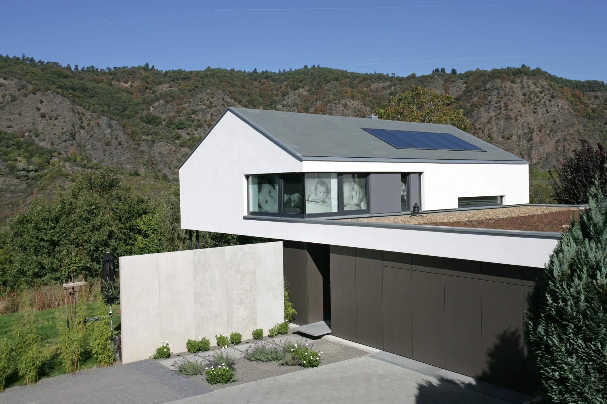 Fassadengestaltung einfamilienhaus schwarzes dach  Einfamilienhaus in Cochem | Geneigtes Dach | Wohnen | Baunetz_Wissen