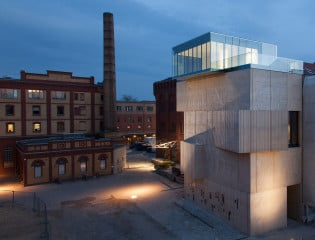 An die Brandwand eines denkmalgeschützten Gebäudes angrenzend liegt das Privatmuseum am Eingang zur ehemaligen Brauerei Pfefferberg