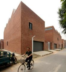 Straßenansicht (Nordost) mit den beiden Atelierhäusern, die Wohngebäude liegen versteckt dahinter