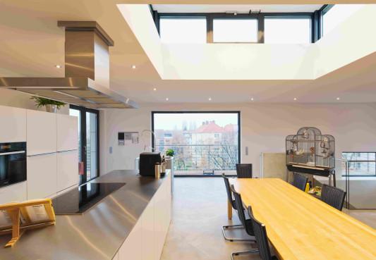 Die Offene Wohnküche Wird über Ein Großes Oberlicht Mit Tageslicht Versorgt