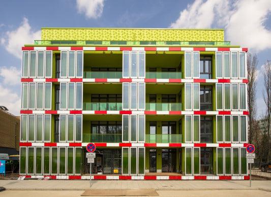 Die Bioreaktorfassade nutzt sowohl Photosynthese als auch Solarthermie, um Biomasse und gleichzeitig Wärme zu produzieren
