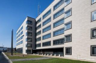 Links vom Haupteingang schließt ein Kopfbau an, der das südliche Ende des Gebäudes markiert