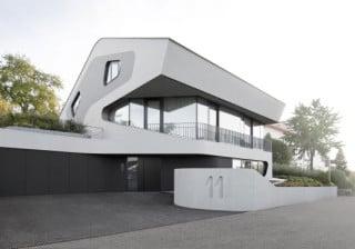 Das Gebäude liegt in einem Wohngebiet am südlichen Rand der baden-württembergischen Kleinstadt Winnenden