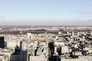 Östlich der Warschauer Innenstadt am Ufer der Weichsel gelegen, wirkt das Stadion wie ein flacher Weidenkorb in den polnischen Nationalfarben