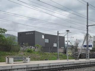 Das Firmengebäude ist gut sichtbar für Autofahrer und Bahnreisende an der A1 platziert