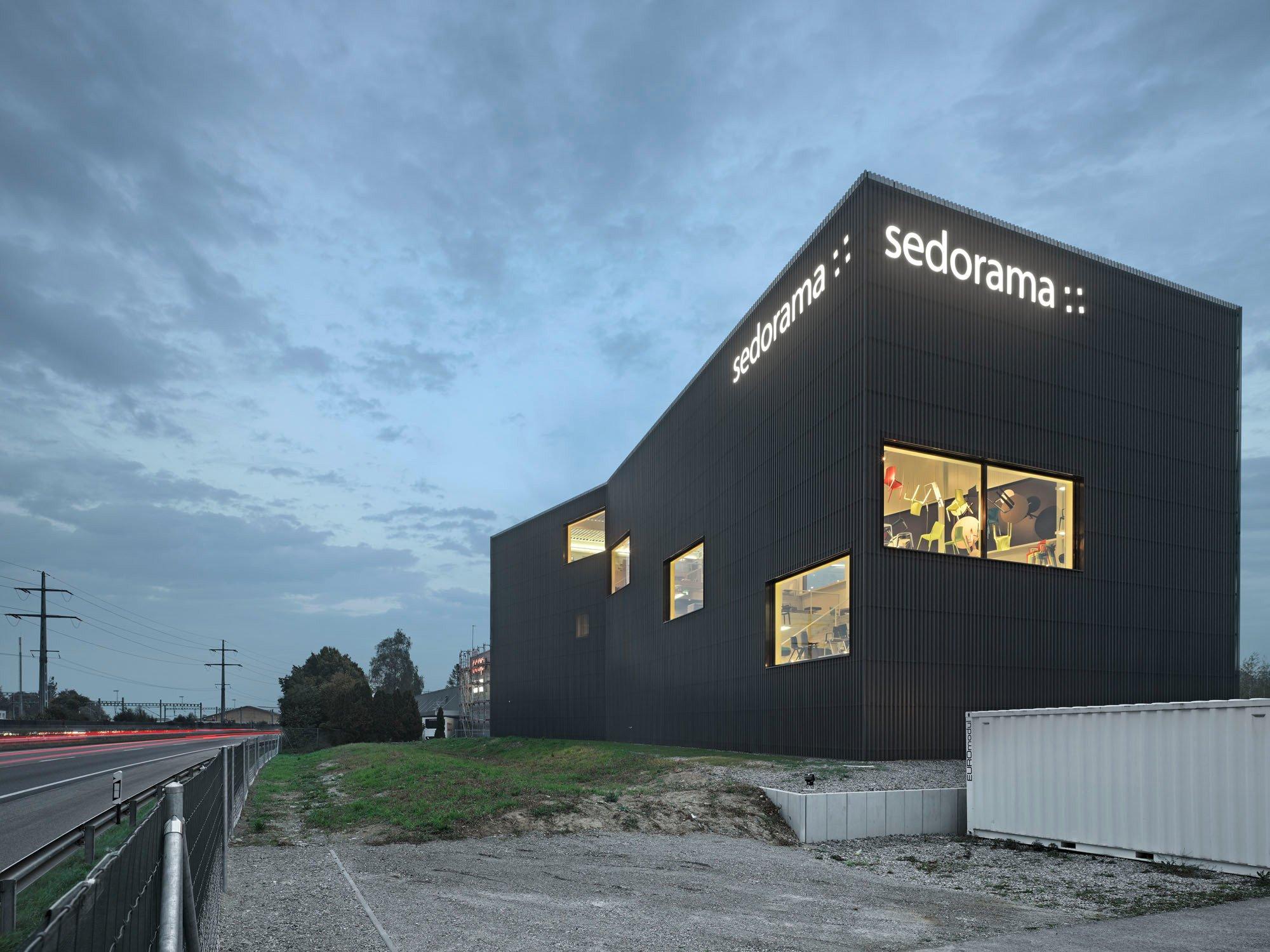 firmensitz f r sedorama in sch nb hl fassade gewerbe industrie baunetz wissen. Black Bedroom Furniture Sets. Home Design Ideas