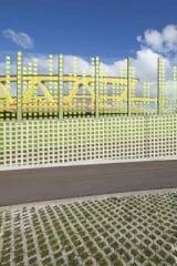 Ein Verlauf aus grünen Farbpixeln überzieht das gesamte Bauwerk