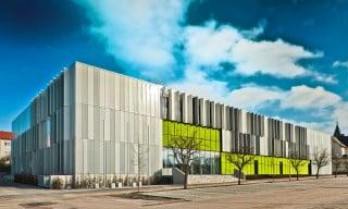 Der dreigeschossige Neubau vereint die Berufsfachschule für Maschinenbau, die Fachschule für Maschinenbautechnik und die Fachakademie für Medizintechnik unter einem Dach