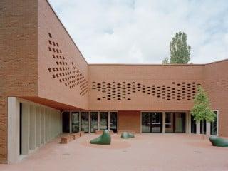 Der U-förmige Baukörper der Schule umfasst den nach Süden offenen Pausenhof