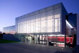 Ansicht der Doppelfassade mit punktgehaltenem, siebbedrucktem Glas außen
