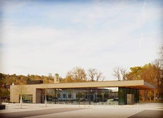 Das Gebäude ist in zwei Teile gegliedert: einen zweigeschossigen, geschlossenen Bereich mit Mehrzweckraum, Bühne und Serviceräumen sowie einen weiträumigen, verglasten Bereich mit Foyer und Veranstaltungshalle (Südansicht)