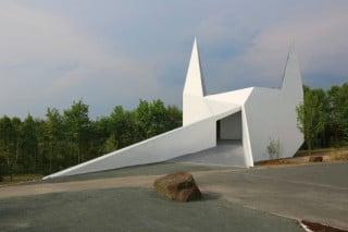 Eine Rampe weist den Weg ins Innere der Kirche