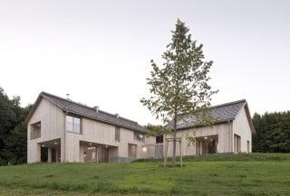 Haupthaus (links) und Gästehaus (rechts) sind aus heimischen Hölzern errichtet (Südansicht)