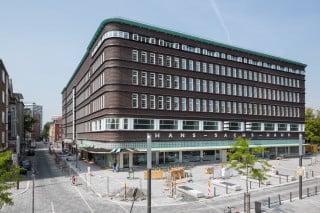 An der Munke-/Ecke Ebertstraße zeigt sich die Klinkerfassade mit horizontalen Gesimsbändern und schmalen, stehenden Fensterformaten (Ostansicht)
